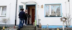 Energieeffizienz-Experten untersuchen den energetischen Zustand eines Hauses